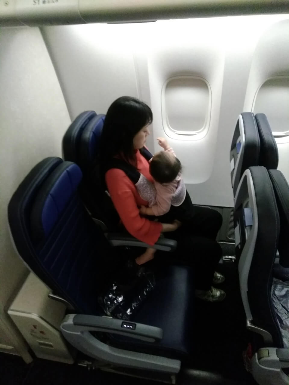 飛行機でバシネットが使えない時の対策方法
